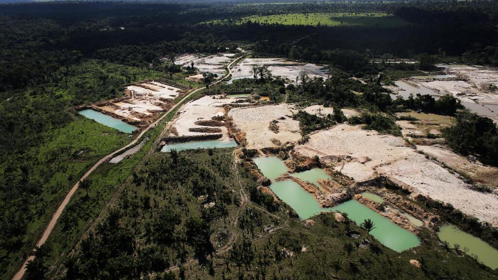 Una mina ilegal de oro salvaje, ubicada en un área de la selva tropical amazónica deforestada al este del país.