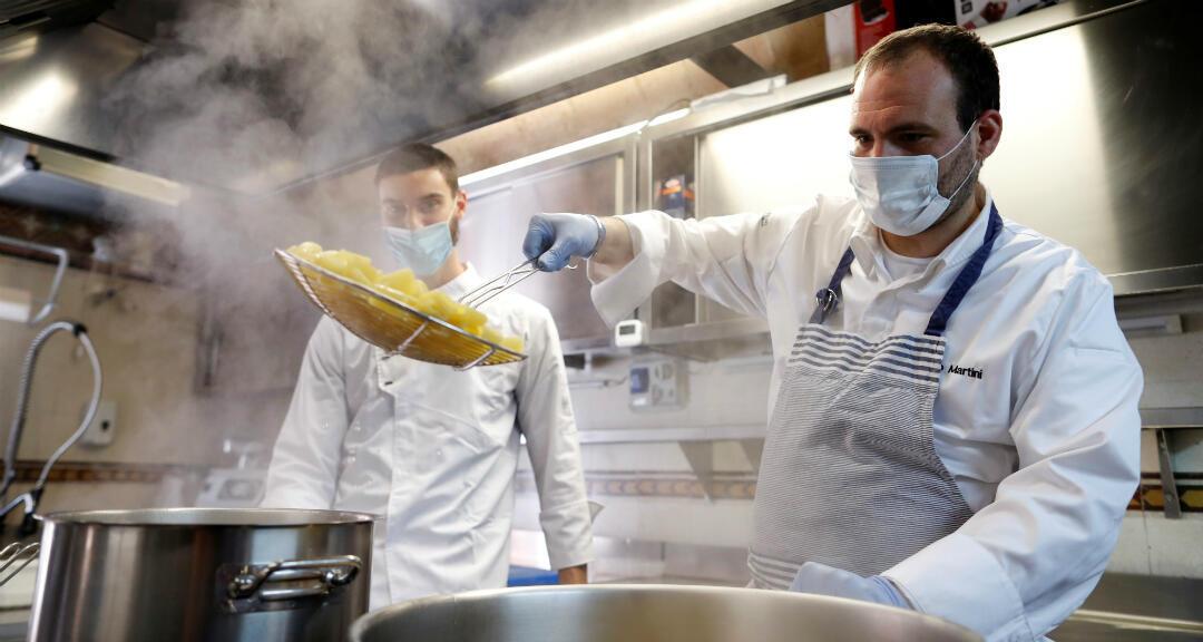 Un chef italiano inicia los preparativos antes de la apertura de los restaurantes en Italia en medio del desconfinamiento del país por la pandemia de coronavirus. Roma, Italia, el 15 de mayo de 2020.