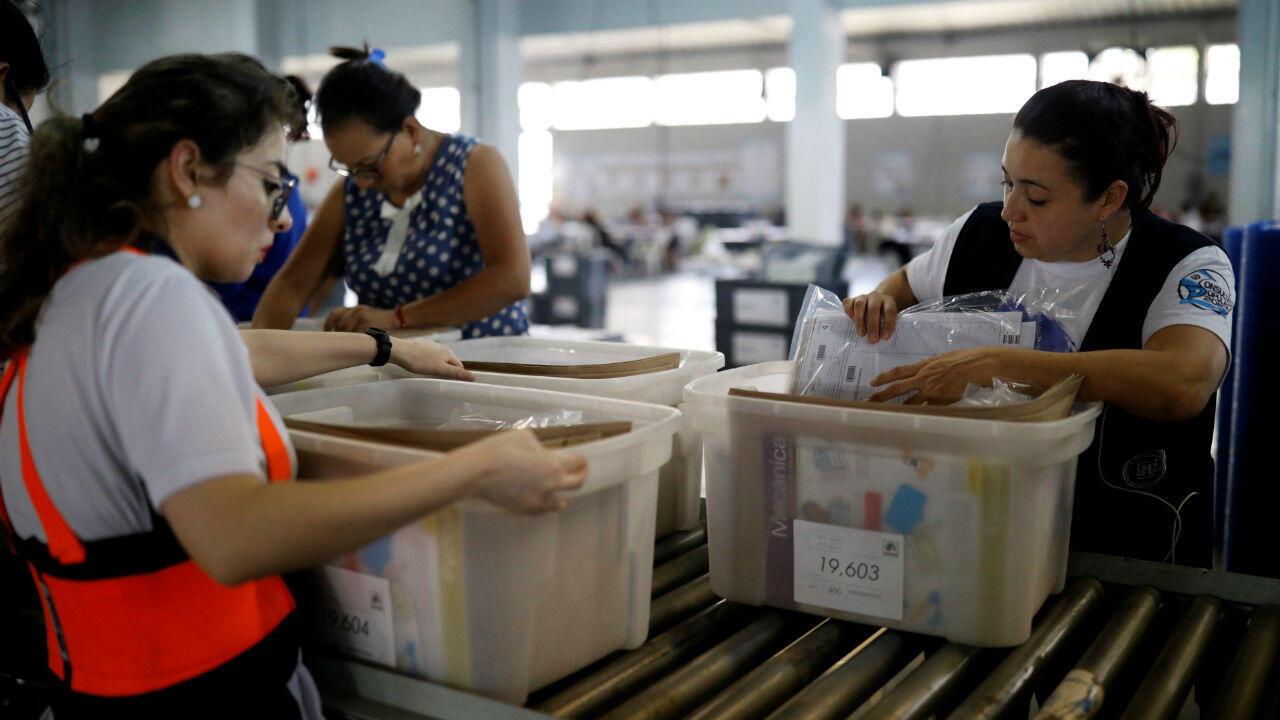 Dos trabajadoras electorales mientras revisan los materiales de votación antes del inicio de su distribución en la capital de Guatemala el 7 de agosto de 2019.