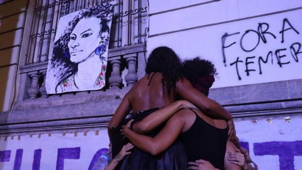 Con pancartas y velas, decenas de brasileños le rindieron homenaje a la memoria de Marielle Franco.