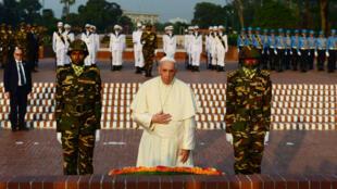 Le pape François devant le mémoral national des martyres à Dacca, au Bangladesh, le 30 novembre 2017.
