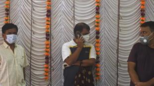 Unos residentes de Bombay aguardan su turno para sometrse a pruebas de COVID-19 en un templo de un área residencial el 24 de julio de 2020