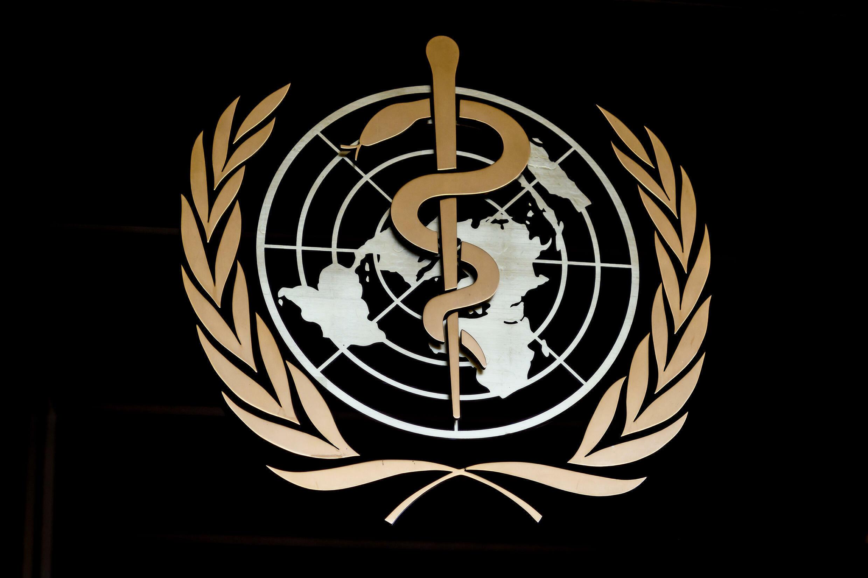 شعار منظمة الصحة العالمية عند مدخل مقرها في جنيف في 24 شباط/فبراير 2020