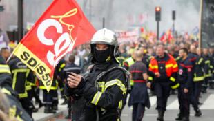 Los bomberos protestan en las calles de París el 15 de octubre.
