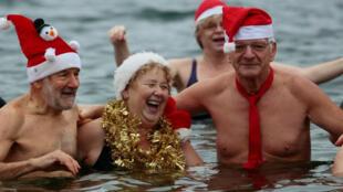 """Miembros del club de natación en el hielo """"Berliner Seehunde"""", conocidos por el nombre de """"Morsas"""", se bañan en el lago Orankesee en Berlín, Alemania."""