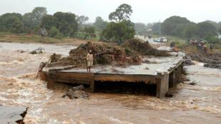 Un rescapé du cyclone Idai à Chimanimani, au Zimbabwe, le 18 mars 2019.
