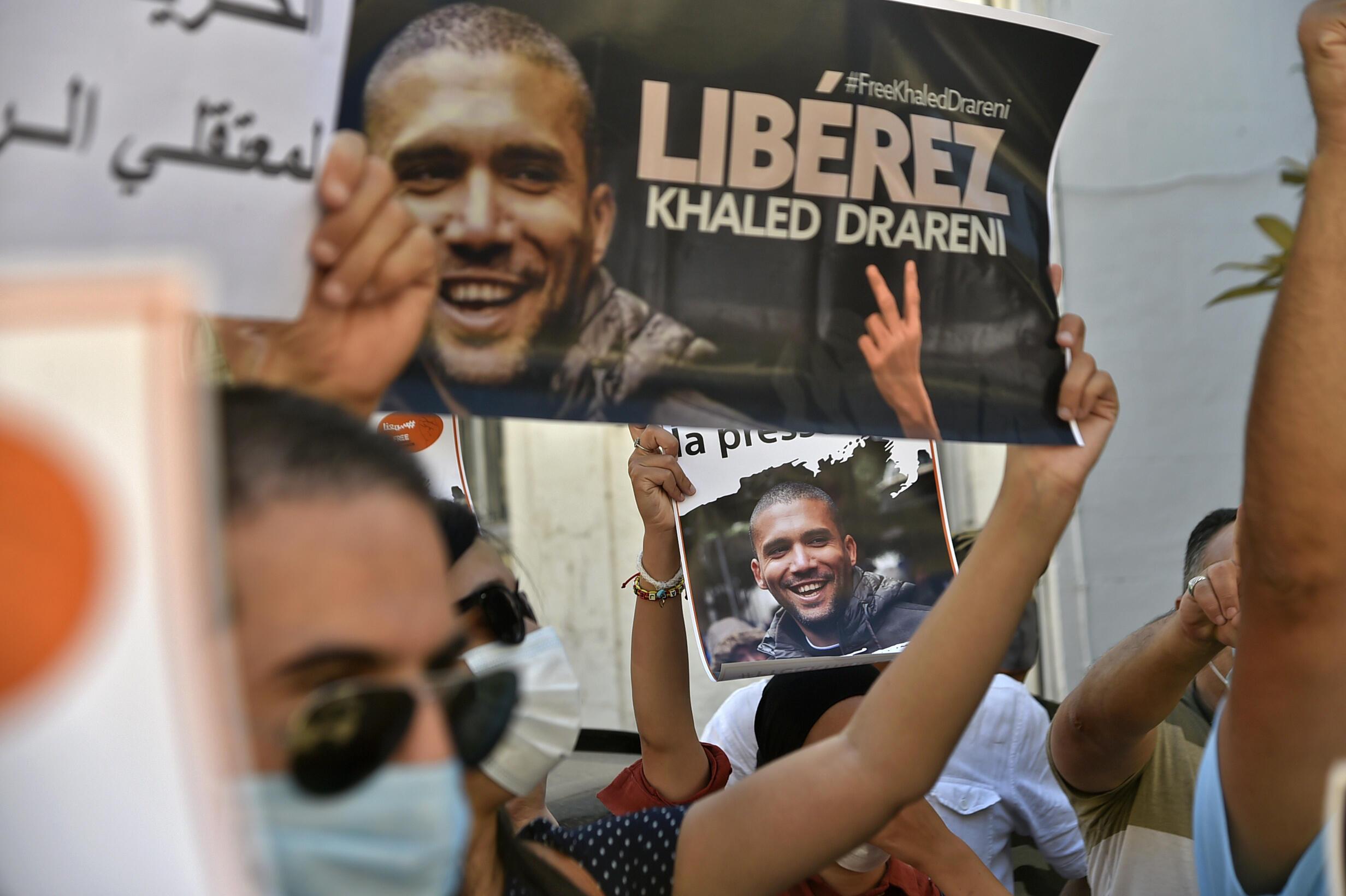 متظاهرون يطالبون بإطلاق سراح الصحافي والناشط الجزائري خالد درارني. الجزائر في 31 أغسطس/آب.