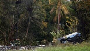 Los bomberos trabajan en los restos de un avión Boeing 737 que se estrelló en la zona agrícola de Boyeros, a unos 20 km (12 millas) al sur de La Habana, poco después de despegar del principal aeropuerto de La Habana, Cuba.