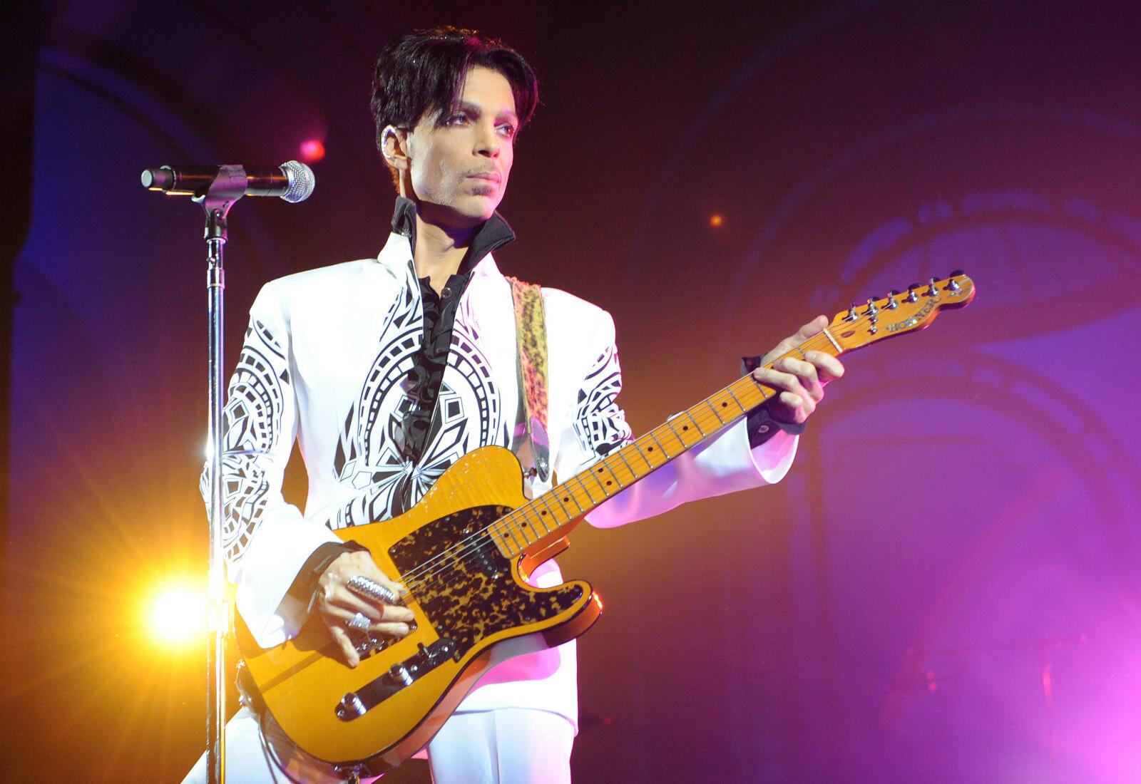 """La star américaine Prince, dandy et musicien de génie, aura marqué plusieurs générations de fans avec des tubes comme """"Purple Rain"""" ou """"Kiss"""", avant de rendre l'âme le 21 avril 2016."""