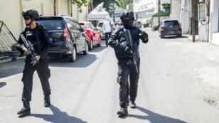 Des policiers en patrouille, lundi 14 mai 2018, près du bureau de la police de Surabaya ayant été visé par un attentat.