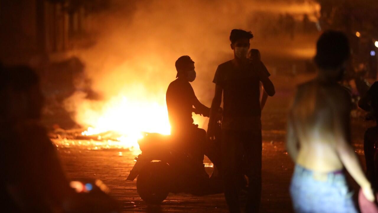 Los manifestantes aparecen cerca de un incendio durante una protesta cerca del parlamento, luego de la explosión del martes en el área del puerto de Beirut, Líbano, el 7 de agosto de 2020.
