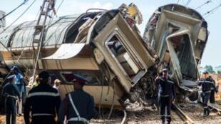 عناصر من الدفاع المدني المغربي والأمن في مكان وقوع حادث القطار شمال الرباط 16 تشرين الأول/أكتوبر 2018