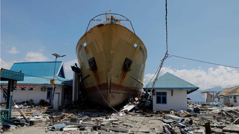Un barco quedó varado en la tierra después de ser golpeado por el tsunami en la aldea de Wani, en Donggala.