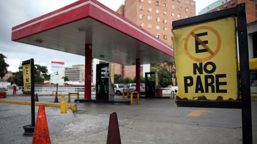 Una gasolinera luce completamente cerrada por falta de combustible en la ciudad de Caracas, Venezuela. El 30 de marzo de 2020.