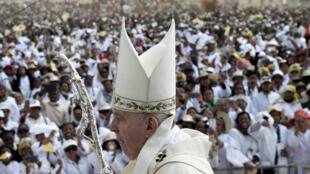 Le pape François arrive à sa grande messe à Antananarivo, le 8 septembre 2019.
