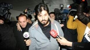 صورة ارشيف بتاريخ 17 ك1/ديسمبر 2013 لرضا ضراب وسط الصحافيين عند وصوله الى مركز للشرطة في اسطنبول