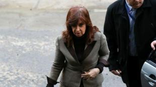 La expresidenta argentina Cristina Fernández de Kirchner llega al edificio de Justicia en Buenos Aires, Argentina, el 13 de agosto de 2018.