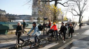 Sur les 36 sites évalués par la ville de Paris, la fréquentation des vélos a augmenté de 104% depuis le début de la grève des transports, le 5 décembre.
