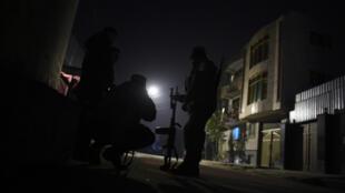 La police afghane surveille le site de l'attaque survenue aux abords de l'ambassade d'Espagne à Kaboul, le 11 décembre 2015.
