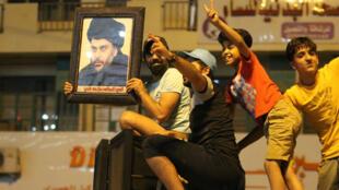 Des partisans de l'imam Sadr fêtent la victoire du leader chiite Moqtada Sadr.