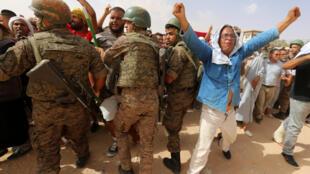 متظاهرون تونسيون يتحدثون مع أفراد الجيش وهم يحاولون شق طريقهم إلى محطة النفط والغاز في مدينة الكامور بولاية تطاوين الجنوبية في 16 تموز/يوليو 2020