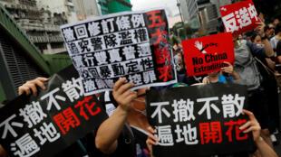 Los manifestantes contra el proyecto de ley de extradición marchan hacia West Kowloon, la estación de tren a gran velocidad que conecta con China. 7 de julio de 2019.