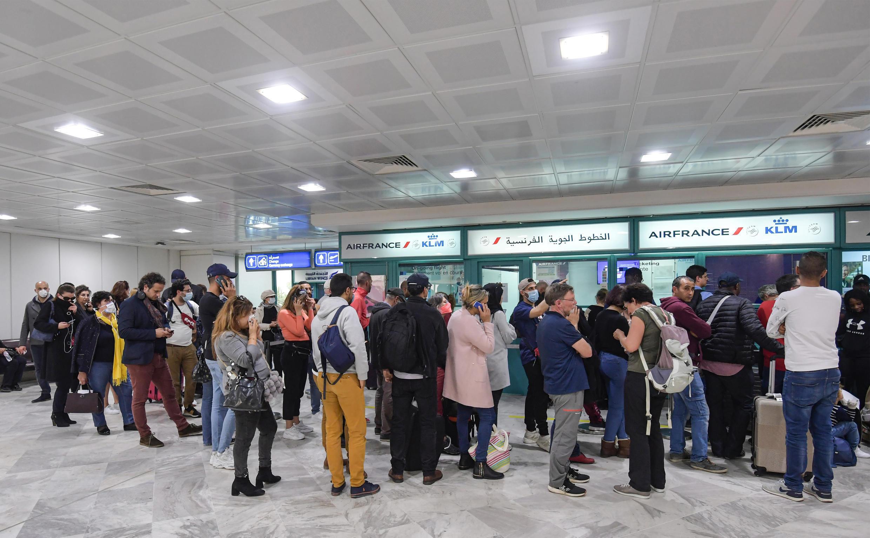 مسافرون في مطار تونس قرطاج الدولي في 16 مارس/آذار 2020.