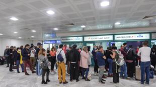 Des touristes français amassés à l'aéroport tunisien de Tunis Carthage, dans l'attente de leur retour en France, le 16 mars 2020.