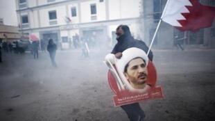 بحريني يحمل صورة زعيم المعارضة الشيعية الشيخ علي سلمان
