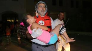 نقل طفلة أصيبت في اشتباكات مخيم عين الحلوة في 24 آب/أغسطس 2015