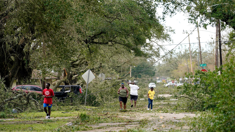 Las personas examinan los daños en su vecindario el jueves 27 de agosto de 2020 en Lake Charles, Luisiana, después del paso del huracán Laura.