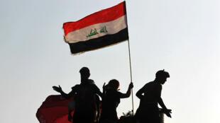 Des manifestants irakiens photographiés, le 30 octobre, à Bagdad.
