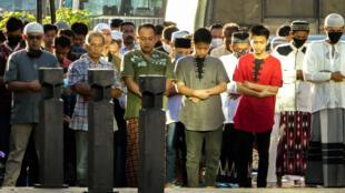 Des musulmans assistent à la prière de l'Aïd el-Fitr, à Jakarta le 24 mai 2020