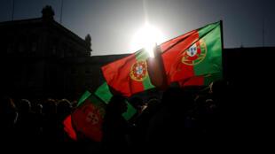 Banderas de Portugal durante una protesta en el Praca do Comercio, Lisboa.