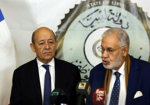 وزير الخارجية الليبي طاهر سيالة خلال مؤتمر صحافي مع نظيره الفرنسي جان إيف لودريان بطرابلس في 21 كانون الأول/ديسمبر 2017.