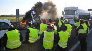 """Des """"Gilets jaunes"""" rassemblés près d'un dépôt de carburant de La Rochelle, lundi 19 novembre 2018."""