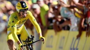 Julian Alaphilippe celebró los 100 años del maillot amarillo ganando la etapa contrarreloj de Pau.