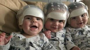 Hunter, Jackson et Kaden (on avoue ignorer qui est qui sur cette photo), et leurs petits casques de super-héros.