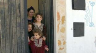 أفراد أسرة يهودية في تونس في 2004