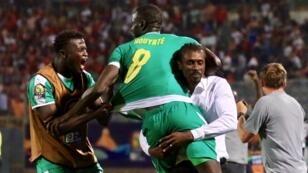 المنتخب السنغالي يحتفل ببلوغ المباراة النهائية.