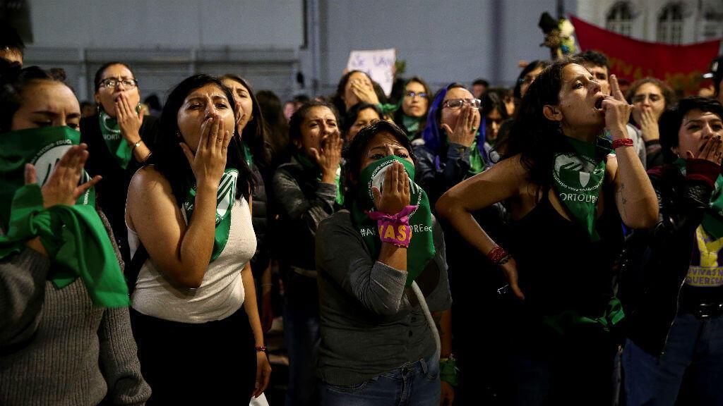 Manifestantes protestaron tras la negativa del Legislativo ecuatoriano a despenalizar el aborto para víctimas de violación.