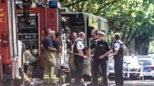 عناصر من الشرطة في لوبيك كوكنيتز إثر قيام شخص بطعن ركاب حافلة بشكل عشوائي قبل اعتقاله في 20 تموز/يوليو 2018.