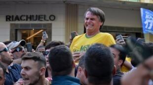 بولسونارو محمولا على أكتاف مناصريه قبيل عملية الطعن 6 أيلول/سبتمبر 2018.