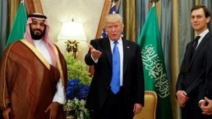 الرئيس الأمريكي دونالد ترامب وصهره وكبير مستشاريه جاريد كوشنر في لقاء بولي العهد السعودي محمد بن سلمان في الرياض 20 مايو/أيار 2017