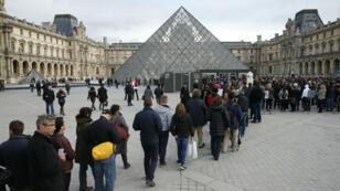 Une file d'attente de visiteurs à l'entrée du Louvre, à Paris, le 16novembre2015.