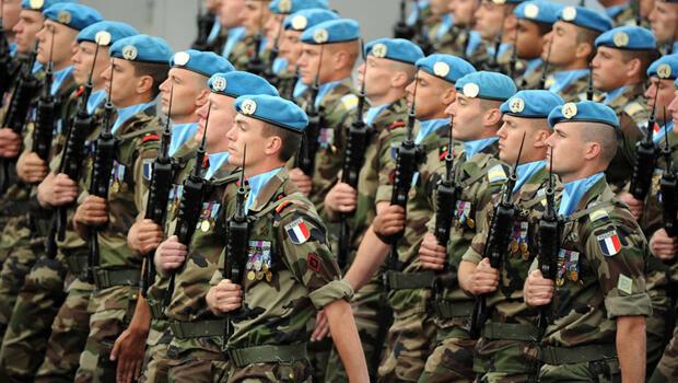جنود عسكريون خلال العرض العسكري بباريس