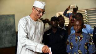L'ancien Premier ministre Lionel Zinsou dans son bureau de vote lors de la présidentielle en avril 2016 à Cotonou, au Bénin.