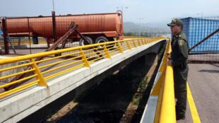 El Ejército venezolano bloqueó el puente de Tienditas entre Colombia y Venezuela para evitar la entrada de ayuda humanitaria al país, el 6 de febrero de 2019.