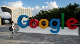 El logotipo de Google en la entrada de la Conferencia Mundial de Inteligencia Artificial (WAIC) en Shanghái el 26 de septiembre de 2018