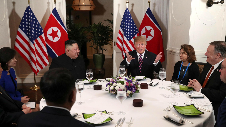 El presidente de los Estados Unidos, Donald Trump, y el líder norcoreano, Kim Jong-un, se sientan a cenar durante su segunda cumbre en Hanói, Vietnam, el 27 de febrero de 2019.